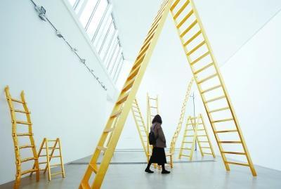 本次展览里最为重要的装置作品《金梯子》,小野洋子希望参观者能通过攀爬这些梯子,反观自己的生存之梯——如何沿着梯子向人生高度攀爬。