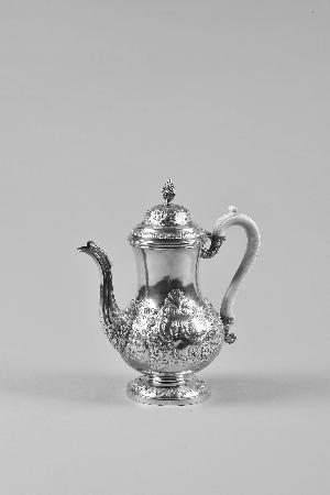 英国18世纪贵族用品,1786年产自伦敦,壶身带贵族纹章徽记。