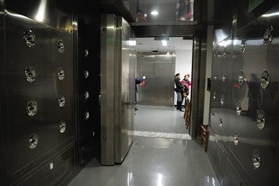 """十三陵新建的地下文物库房""""机关重重"""",进入丝织品房间前,风孔状的设备将对人进行除尘。"""