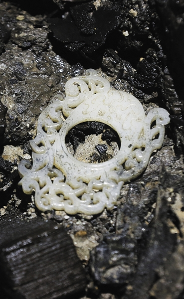 玉佩饰 主椁室东侧发现的做工精美的玉佩饰,上雕有龙、虎、凤纹饰。