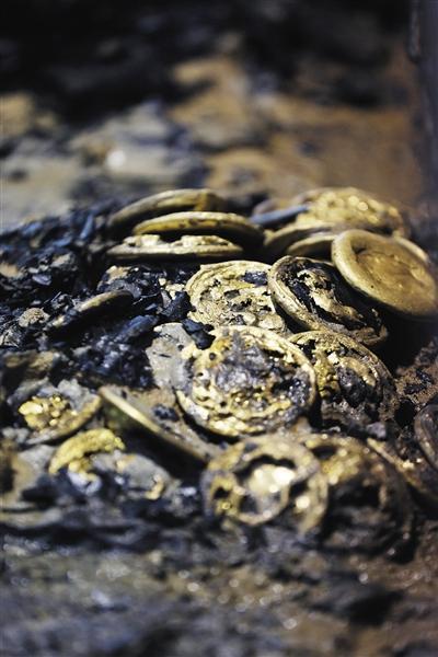 金饼 考古队在主椁室西侧发掘的金饼,金饼1枚约250克。A18-A19版摄影/新京报记者 侯少卿