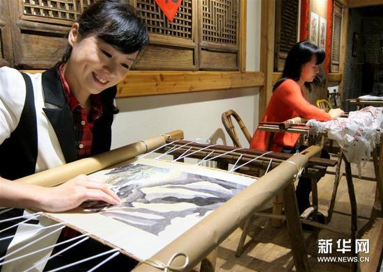 11月20日,观众在台州府城刺绣博物馆体验刺绣的魅力