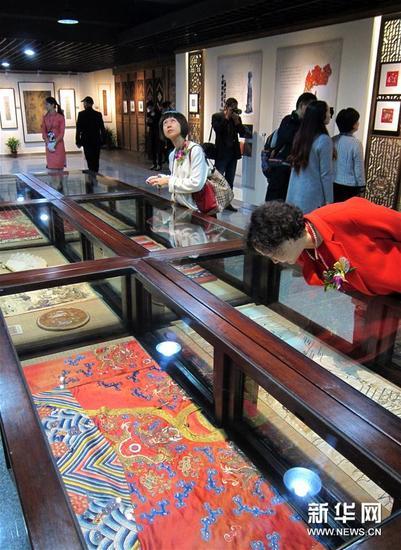 观众在台州府城刺绣博物馆参观