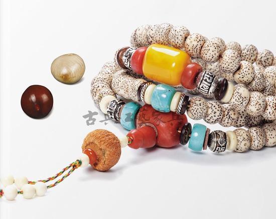 南红、蜜蜡、松石等的配饰,令这串星月菩提更具个性与魅力。