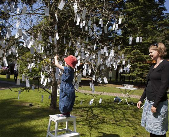 小野洋子,《愿望树》,1996/2015 (松、梅、竹,纸质便签,路易斯安那现代艺术博物馆雕塑公园,丹麦胡姆勒拜克图片由路易斯安那现代艺术博物馆提供)