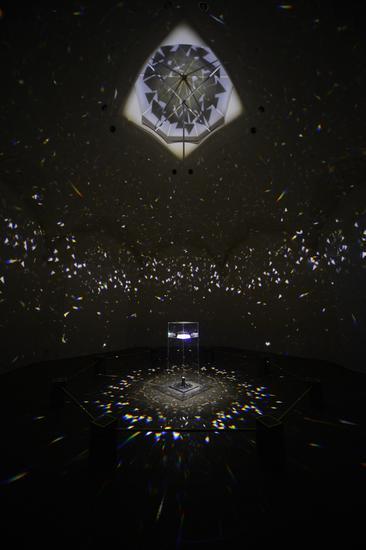 小野洋子,《光之屋局部》(1966/2015 60 个正四面体玻璃棱镜,胶质玻璃底座,光源 2013年爱知三年展展览图片,日本名古屋,图片由爱知三年展提供)