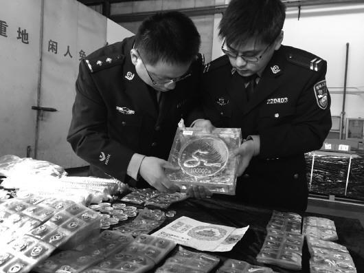 上海海关查获的走私金银纪念币。蔡岩红 摄
