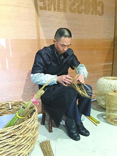 手艺人林壮炎现场制作竹编灯笼