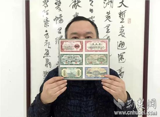 市民熊先生展示旧版人民币