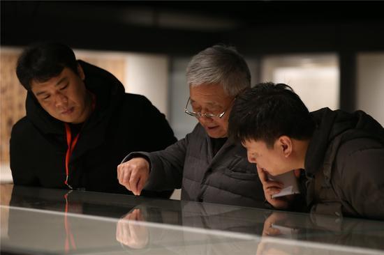 第六届中国书法家协会副主席、中国书法家协会顾问胡抗美参观展览