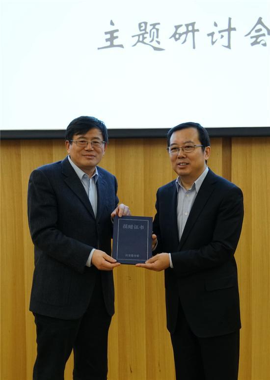 国家图书馆馆长、党委书记韩永进向王家新颁发收藏证书