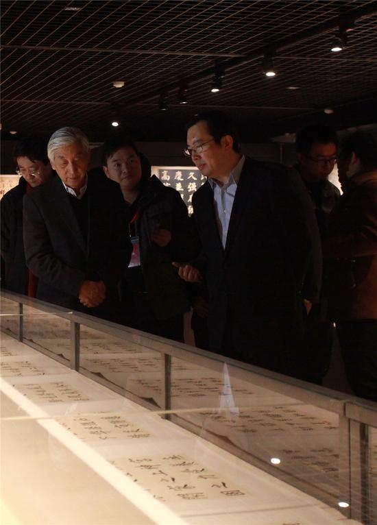 中国书法家协会名誉主席张海参观展览