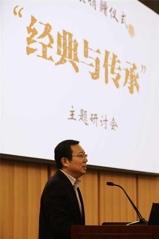 第六届中国书法家协会副主席、青少年工作委员会主任委员王家新在捐赠仪式上讲话