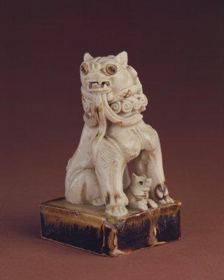 邢窑白釉点彩子母狮塑像,唐,高10.8cm,底边长6.3cm。