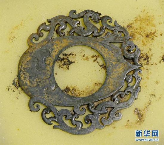 这是海昏侯墓遗址出土的雕有龙、凤、虎图案的玉佩(12月7日摄)