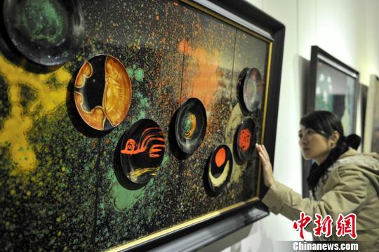 图为漆画作品《北斗》吸引参观者。 吕明 摄