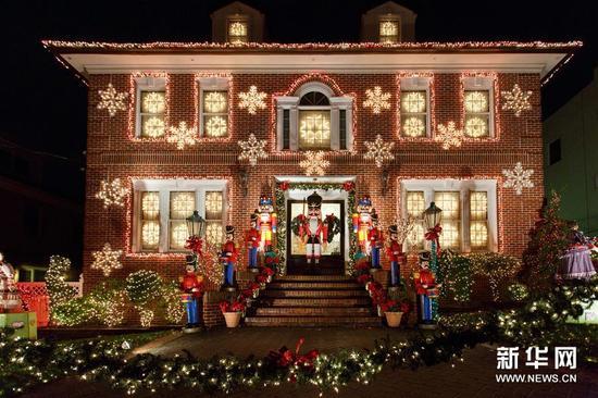 拍摄的美国纽约布鲁克林戴克高地的圣诞灯饰.12月22日,一个人在