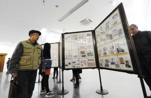 """市民参观""""纪念护国运动100周年""""集邮展。记者杜文蕾摄"""