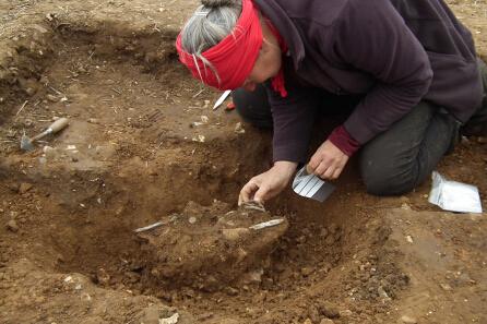图为便携式古物计划人员发掘沃特林顿文物。