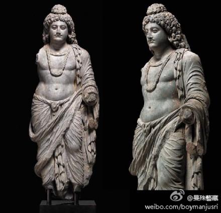"""犍陀罗经典时期的大师级作品可能来自白沙瓦的沙希巴劳大塔。人物身体饱满而细腻的写实刻划,浓密厚重的鬈发;以及""""Z""""字形衣褶纹路的处理秉承了公元前4世纪以来的泛希腊化艺术风格。与这洋溢着青春光彩的健美肢体,华丽的艺术风格相对立的,是王子脸上表露出的内省而静谧的精神世界。"""