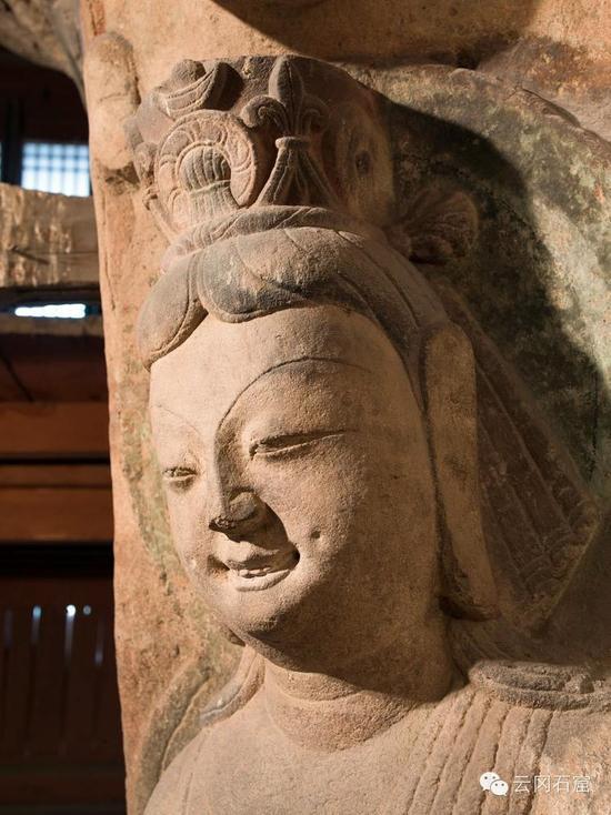 第8窟后室南壁明窗西侧壁的合掌露齿供养菩萨头部特写