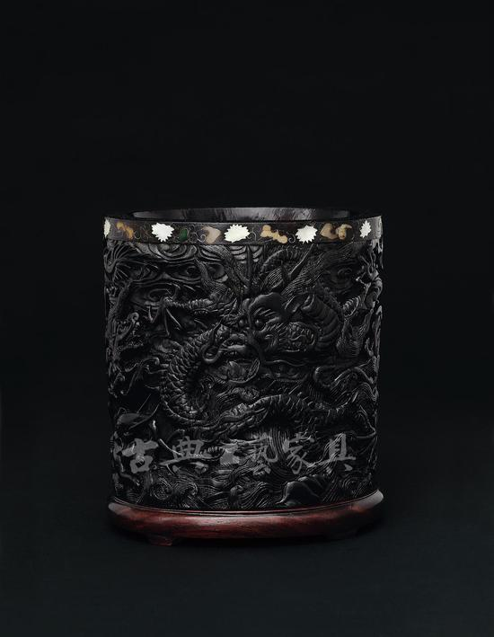 明 周制 鱼龙海兽紫檀笔筒,成交价5520万元。(图片提供:中国嘉德)