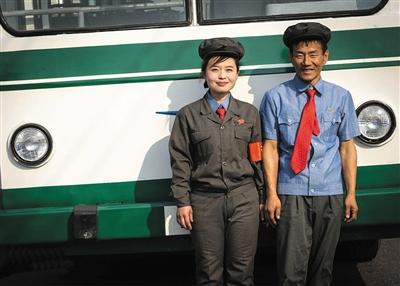 朝鲜街头的公交车驾驶员和售票员。