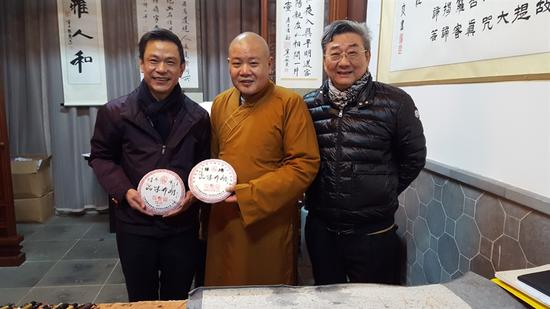 """秋爽大和尚和篆刻大师韩天衡先生与""""尚燃藏茶""""主人合影"""