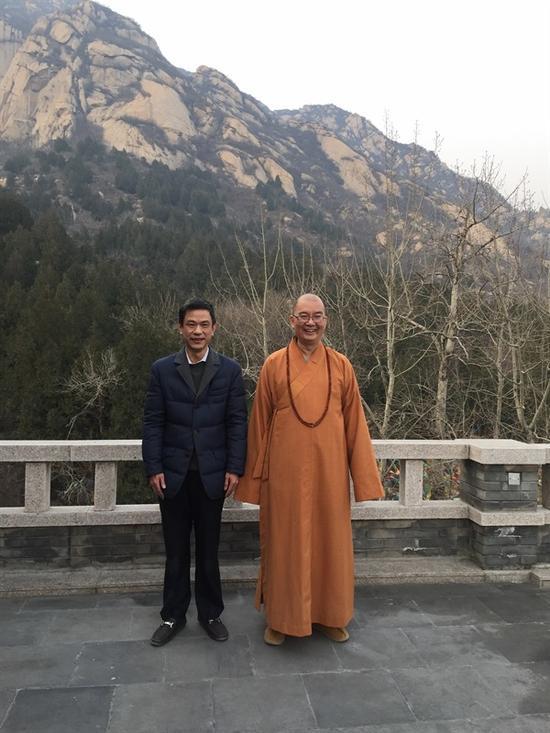 """学诚大和尚与""""尚燃藏茶""""主人合影"""