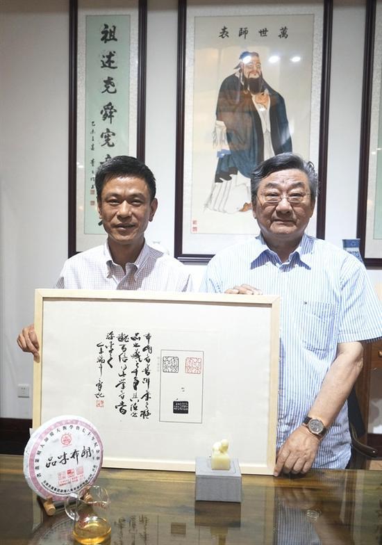 """篆刻大师韩天衡先生与""""尚燃藏茶""""主人合影"""