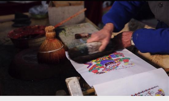 郭太运现场展示木板年画手艺