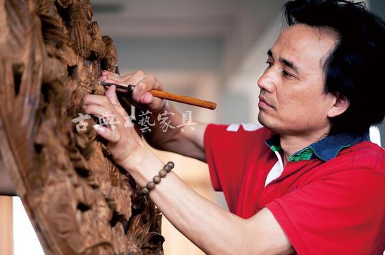 黄小明:木雕界的金手指