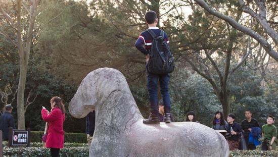 南京:游客恣意攀爬明孝陵神道石像拍照