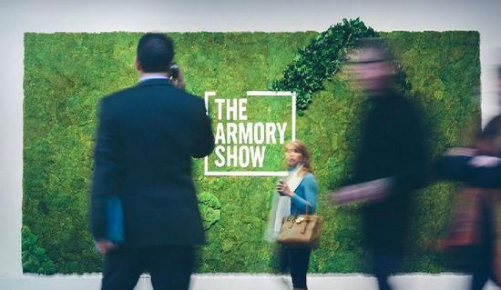 ▲ 2015年纽约军械库艺博会现场,摄影:Roberto Chamorro(图片来源:The Armory Show)