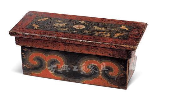 十三至十四世纪 彩绘卷云纹折叠桌,为了避免折叠后的藏桌流于平淡,工匠在桌面上描画了精美的彩绘。花朵之间云蒸霞蔚,波光潋滟,珍禽祥瑞悠荡其中,喜庆吉祥。