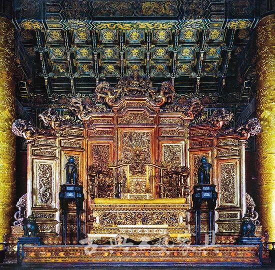 图2 明 金漆雕云龙纹屏风与宝座