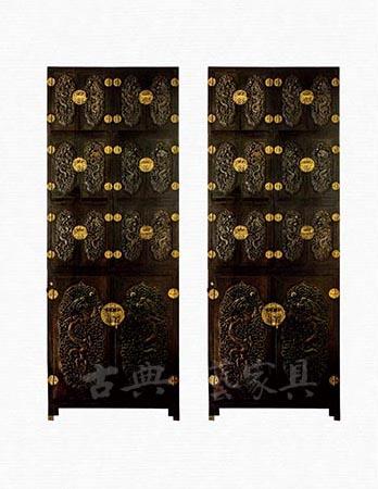 图1 清 花梨木雕云龙纹立柜,长192厘米,宽80.5厘米,通高518.5厘米。