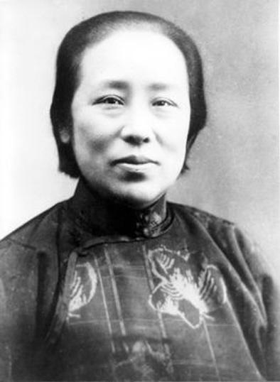 简介  何香凝(1878—1972)  出生于香港,原籍广东南海。自号棉村居士,又号双清楼主。著名政治家、社会活动家、女权运动的先驱。曾任中国美协主席,是中国近现代集政治活动家和艺术家于一身的伟大女性。