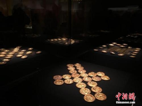 展出的金饼 中新网记者 翟璐 摄