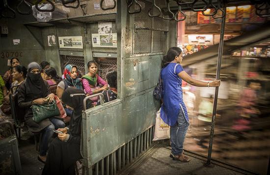 """旅游组冠军:摄影师Tamina-Florentine Zuch拍摄了这张名为""""女性专用列车""""的图片。在孟买,每天有数百万人乘坐市郊火车,几乎每列火车都有专门的单独空间供女性使用,来防止性骚扰。"""