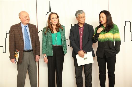 从左至右:Pierre Levai(马乐伯画廊负责人)、Marcia Levine(马乐伯画廊项目总监)、中国国家博物馆副馆长陈履生、艺术家艾敬
