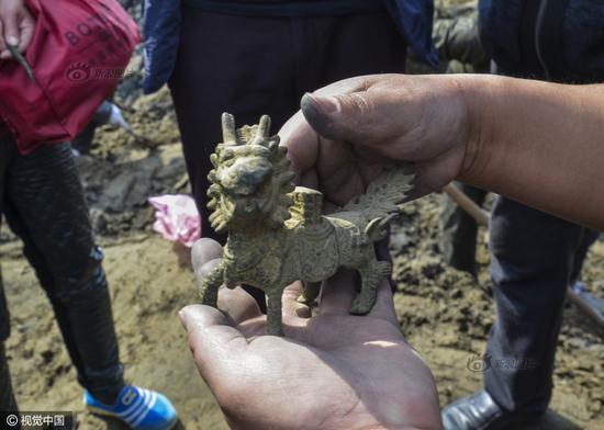 2016年3月31日,中国大运河河南滑县段(现称卫河)断流清淤,文物收藏爱好者在挖宝现场买到的铜麒麟。