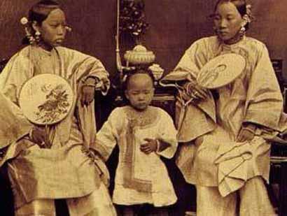 八六零年拍摄的照片,题为母女三人