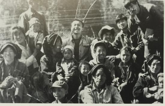 1979年,陈卫闵与叶永青,裴庄欣,赵华在四川藏区.。