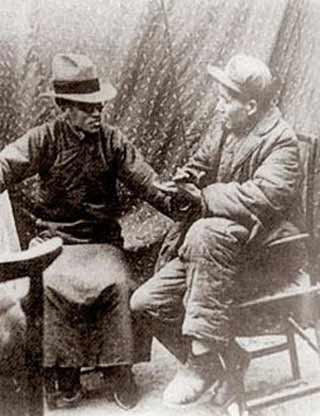 1938 年1 月,在延安,屋外严寒逼人,屋内温暖如春,毛泽东与梁漱溟彻夜长谈……