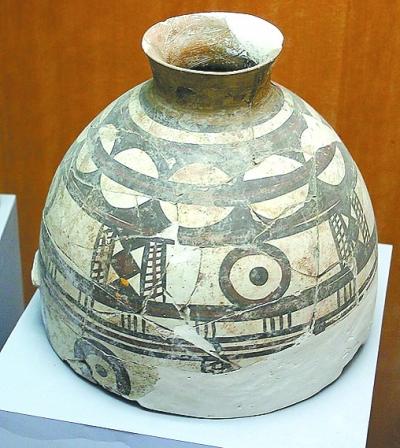 出土的太阳纹陶壶