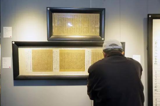 藏家在古籍善本展区研读