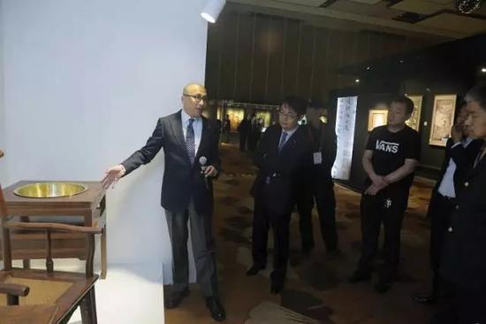 中国嘉德工艺品部总经理乔皓向媒体介绍本次春拍中的明式家具珍品