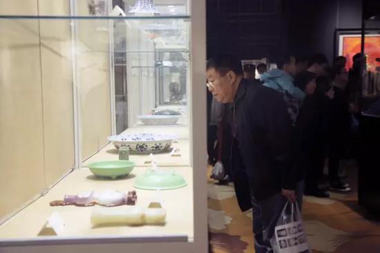 藏家在陶瓷展区观看拍品