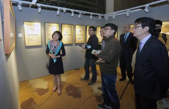 中国嘉德中国古代书画部总经理栾静莉向记者介绍拍品